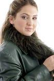 Actitud lateral de la mujer con la estola y la chaqueta Imagen de archivo libre de regalías