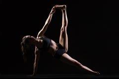 Actitud lateral de la yoga del tablón Fotos de archivo libres de regalías