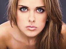 Actitud modelo sensual joven de la muchacha en estudio. Fotos de archivo libres de regalías
