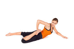 Actitud practicante de la yoga de la mujer atractiva apta Fotos de archivo libres de regalías