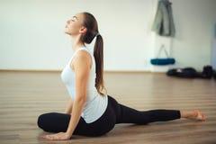 Actitud practicante de la yoga de la mujer en el gimnasio sano del deporte de la yoga imagen de archivo