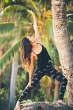 Actitud practicante de Mudra de la yoga de la mujer al aire libre? foto de archivo