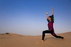 Actitud practicante femenina joven Warior o Virabhadrasana de la yoga Fotos de archivo libres de regalías
