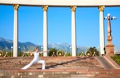 Actitud urbana del guerrero del virabhadrasana II de la yoga Foto de archivo libre de regalías