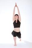 Actitud Virabhadrasana del guerrero uno de la yoga de la muchacha de la aptitud Fotos de archivo libres de regalías