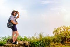 Actitudes adolescentes turísticas de la muchacha en la montaña Fotos de archivo libres de regalías
