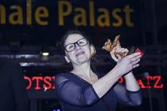 Actitudes de Ildiko Enyedi con el oso de oro Fotografía de archivo