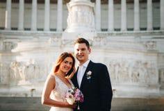 Actitudes de la boda de novia y del novio delante del altar del Fatherlan Imagen de archivo