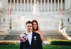 Actitudes de la boda de novia y del novio delante del altar del Fatherlan Fotografía de archivo