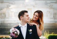 Actitudes de la boda de novia y del novio delante del altar del Fatherlan Fotos de archivo libres de regalías