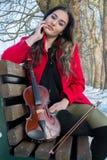 Actitudes de la chica joven con el violín Foto de archivo