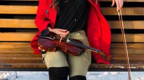 Actitudes de la chica joven con el violín Fotografía de archivo libre de regalías