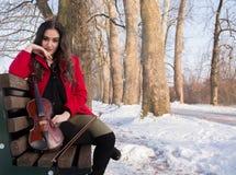Actitudes de la chica joven con el violín Imagenes de archivo