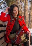 Actitudes de la chica joven con el violín Imagen de archivo