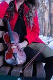 Actitudes de la chica joven con el violín Foto de archivo libre de regalías