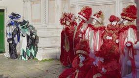 Actitudes de la máscara del carnaval de Venecia, Italia y del traje en Campo San Zaccaria almacen de video