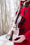 Actitudes de la muchacha con el violín Foto de archivo libre de regalías