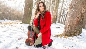 Actitudes de la muchacha con el violín Foto de archivo
