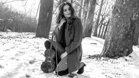 Actitudes de la muchacha con el violín Imágenes de archivo libres de regalías