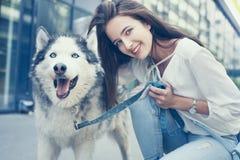 Actitudes de la muchacha del adolescente con su perro Fotografía de archivo libre de regalías