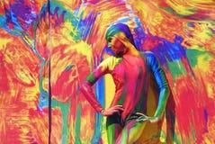 Actitudes de la mujer para los fotos en el fondo colorido Imagen de archivo libre de regalías