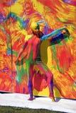 Actitudes de la mujer para los fotos en el fondo colorido Fotografía de archivo