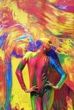 Actitudes de la mujer para los fotos en el fondo colorido Foto de archivo