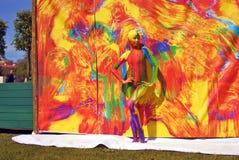 Actitudes de la mujer para los fotos en el fondo colorido Foto de archivo libre de regalías