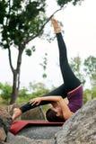 Actitudes de la yoga de la mujer de la forma de vida Imagen de archivo