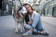 Actitudes del adolescente con su perro en ciudad Foto de archivo