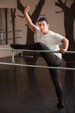 Actitudes del bailarín en el pasamano Fotos de archivo libres de regalías