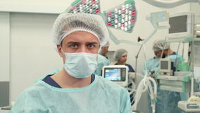 Actitudes del cirujano en el cuarto de la cirugía almacen de video