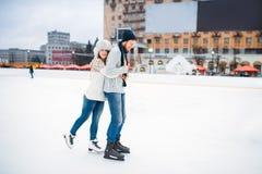 Actitudes felices de los pares del amor en pista de patinaje Fotos de archivo libres de regalías