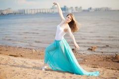 Actitudes hermosas del bailarín en la playa Imagenes de archivo