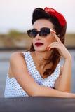 Actitudes Pin-para arriba con las gafas de sol del vintage Imagen de archivo