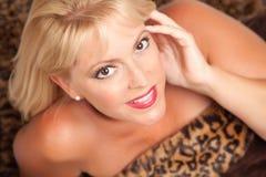 Actitudes rubias hermosas de la mujer en la manta del leopardo. Imagenes de archivo