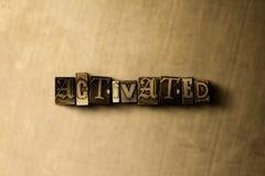 ACTIVÉ - le plan rapproché du vintage sale a composé le mot sur le contexte en métal Photographie stock