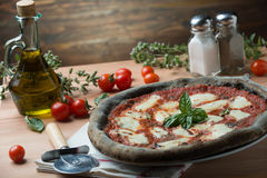 Activated carbon pizza. Pizza al carbone vegetale attivo vista dall'alto Stock Photography