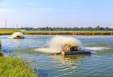 Active électrique d'aérateur d'exploitation de pisciculture Images libres de droits