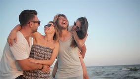 Active 4 люд идя на пляж на летних каникулах тратя время совместно во время ветреной погоды и наслаждаться видеоматериал