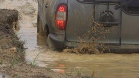 Active резвится воссоздание Черное мощное SUV выходит глубокая яма воды Красивый автомобиль в сельской местности _ акции видеоматериалы