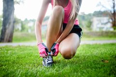 Active, der den weiblichen Läufer, Schuhe für die Ausbildung vorbereitend rüttelt Lizenzfreie Stockfotografie