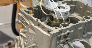 Active do braço do robô industrial na fábrica Automatização que solda o procedimento mecânico video estoque