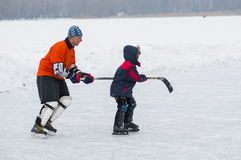 Active father teaches son to skate Royalty Free Stock Photos