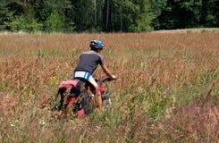 Active man on a mountain bike rides through the Royalty Free Stock Photos
