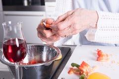Active senior preparing paprika in kitchen Royalty Free Stock Photos
