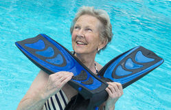 Active senior woman in the pool, doing exercises Royalty Free Stock Photos
