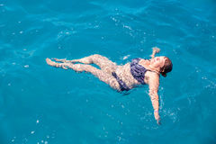Active senior woman swimming in blue water Royalty Free Stock Photos