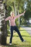 Active supérieur heureux de femme en nature Photographie stock libre de droits