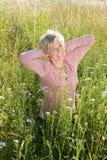 Active supérieur heureux de femme en nature Photos stock